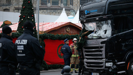Police stand in front of the truck which ploughed last night into a crowded Christmas market in the German capital Berlin, Germany, December 20, 2016 © Hannibal Hanschke