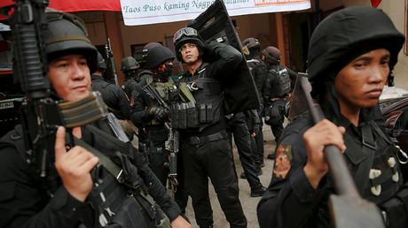 Members of a police SWAT team take part in a drug raid, in Manila, Philippines © Damir Sagolj