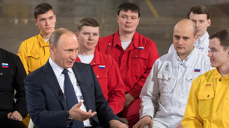 Russian President Vladimir Putin talks to workers in the ETERNO shop of the Chelyabinsk Pipe-Rolling Plant. © Sergey Guneev