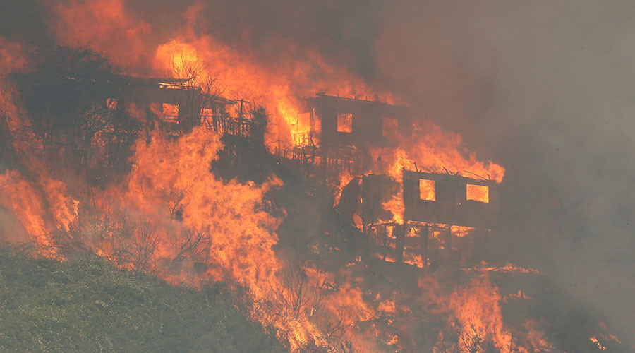 Savage wildfire burns 100 homes in Chile, forces evacuations (PHOTOS)