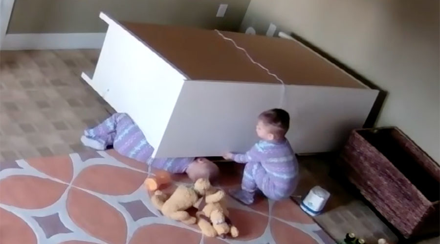 Heroic 2yo saves twin brother trapped under heavy furniture (VIDEO)