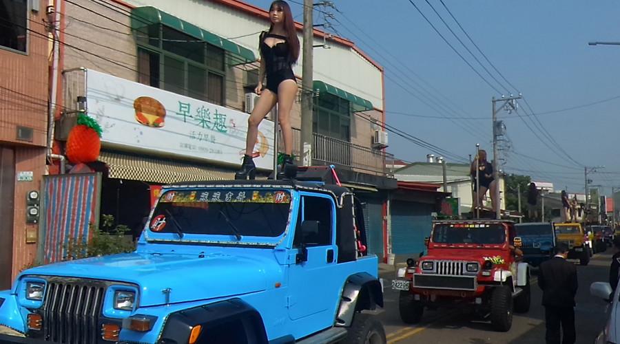 50 Taiwanese pole dancers escort 76yo politician's funeral procession (VIDEO)