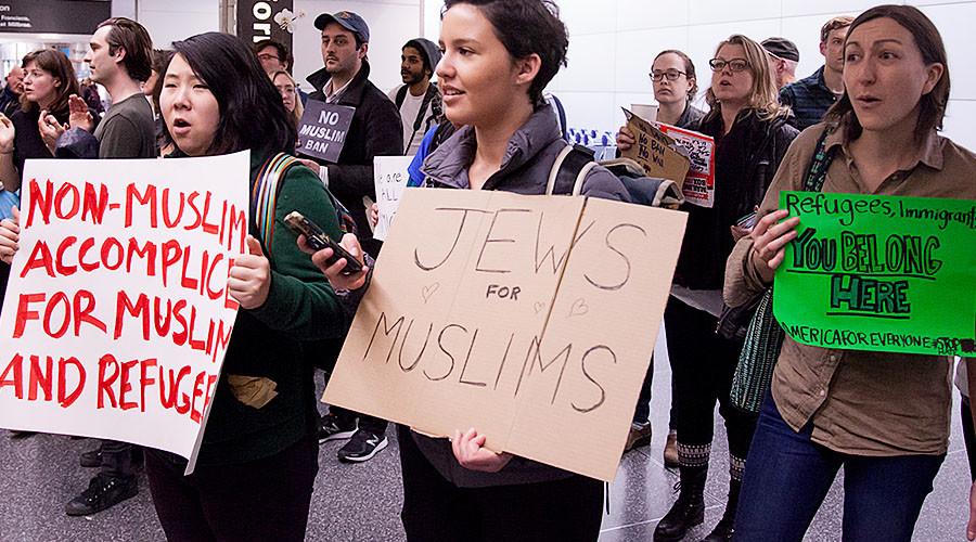 48 British rabbis cite Holocaust in condemnation of Trump's 'Muslim ban'