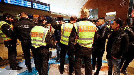 Police officers of Germany's federal police Bundespolizei check young men at the main railways station following New Year celebrations in Cologne, Germany, January 1, 2017 © Wolfgang Rattay