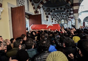 Relatives carry the coffin of one of the 39 victims of the Reina night club attack during his funeral ceremony on January 1, 2017 in Istanbul. © Ozan Kose