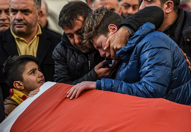 Relatives of one of the 39 victims of the Reina night club attack mourn during a funeral ceremony on January 1, 2017 in Istanbul. © Ozan Kose