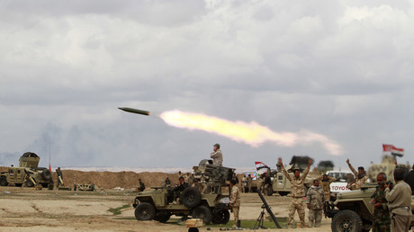 FILE PHOTO: Shi'ite fighters launch rocket towards Islamic State militants during heavy fighting in Salahuddin province © Stringer