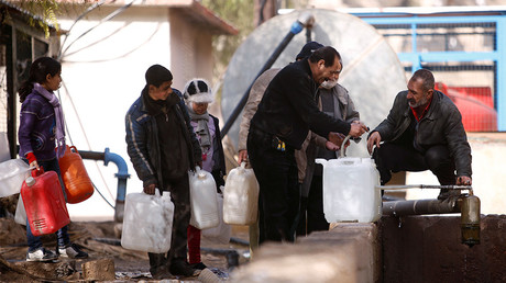 People queue as they fill containers with water in the government controlled al-Rabwah area, a suburb of Damascus, Syria January 10, 2017 © Omar Sanadiki