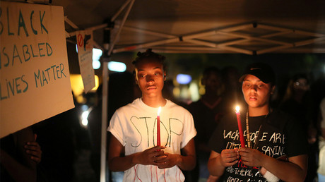 FILE PHOTO: Protesters hold candles at a vigil during a protest over the fatal shooting of an unarmed black man on Tuesday by officers in El Cajon, California, U.S. September 28, 2016 © Sandy Huffaker