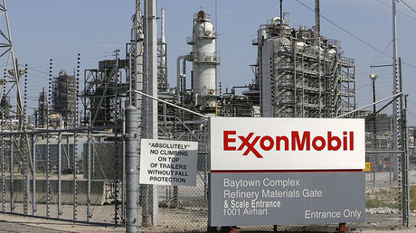A view of the Exxon Mobil refinery in Baytown, Texas © Jessica Rinaldi