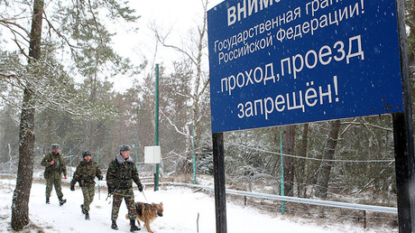 Border guards with dogs patrolling the border with Lithuania in the area of the Curonian Spit. ©