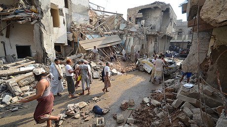 People gather at the site of a Saudi-led air strike in the Red Sea port city of Hodeidah, Yemen September 22, 2016. © Abduljabbar Zeyad