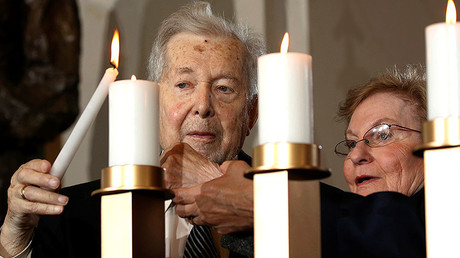Holocaust survivors Alfred and Josiane Traum light a candle during the National Commemoration of the Days of Remembrance ceremony at the U.S. Capitol in Washington May 5, 2016. © Kevin Lamarque
