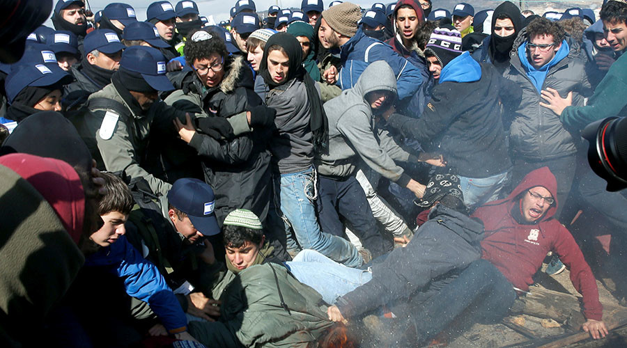 Israeli police clash with settlers during eviction of residents from illegal outpost (VIDEO)
