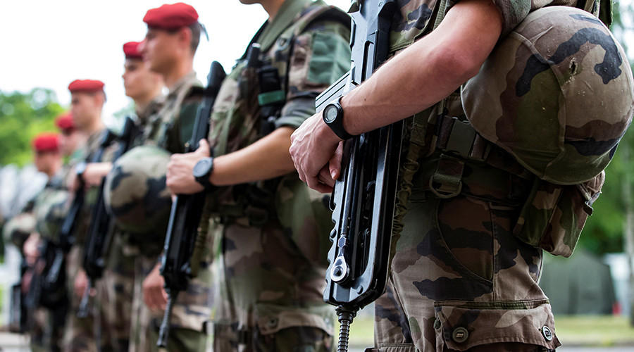 French soldiers robbed of assault rifles & ammo in McDonald's parking lot