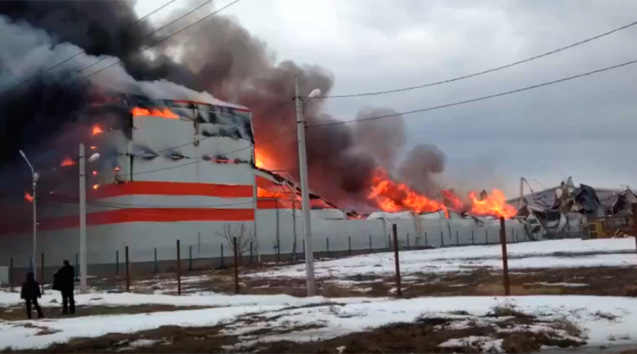 Fire razes furniture warehouse in southern Russia (VIDEOS)