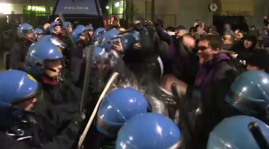 Italian anti-fascist protesters clash with police outside far-right gathering (VIDEO)