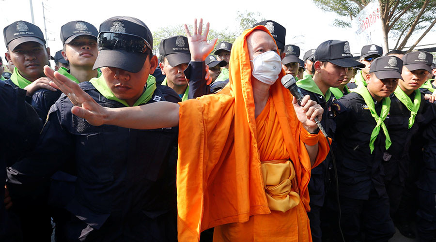 Hundreds of Buddhist monks in violent standoff with Thai police (VIDEO)
