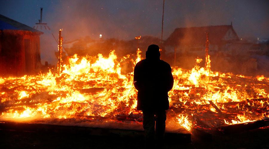 DAPL protesters set tents ablaze ahead of camp evacuation deadline (VIDEOS)