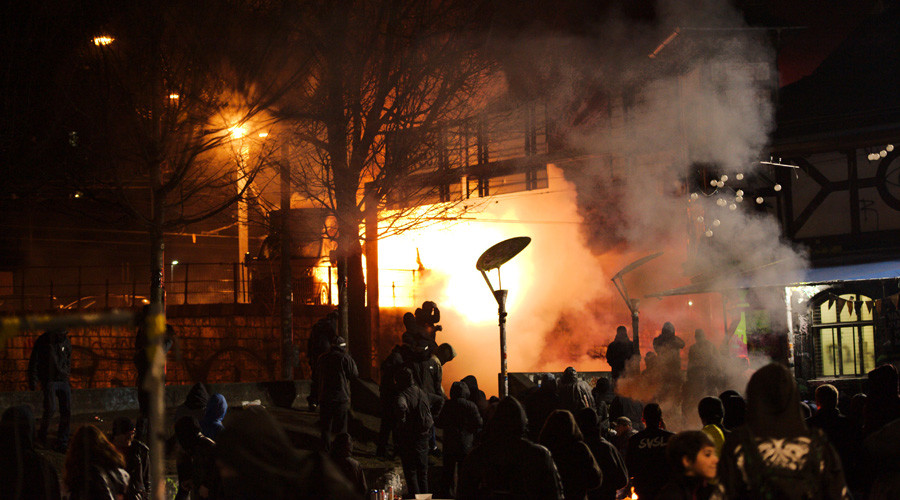 Teargas & water cannons: Police clash with activists protesting squatters eviction in Swiss city