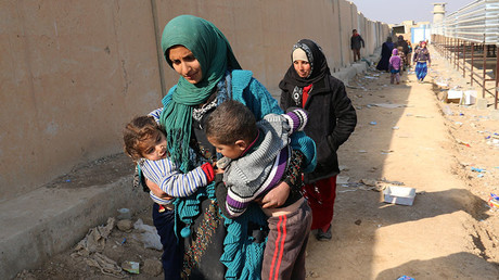 Displaced Iraqis are seen on December 12, 2016 in Maktab Al-Khaled area, 30 kms west of Kirkuk, after fleeing the town of Hawija due to the ongoing fighting between Iraqi forces and jihadists of the Islamic State (IS) group. © Marwan Ibrahim