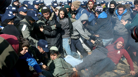 Pro-settlement activists scuffle with Israeli police during an operation by Israeli police to evict residents from Israeli settler outpost of Amona in the occupied West Bank February 1, 2017. ©Ronen Zvulun