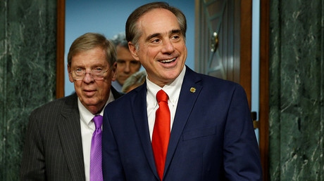 David Shulkin (R) and Senate Veterans Affairs Committee Chairman Johnny Isakson © Kevin Lamarque