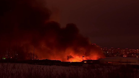 Raging inferno: 4,000 m² of market near Moscow engulfed in flames