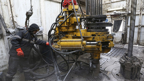 A worker operates the drill at the Rosneft oil company © Sergei Karpukhin