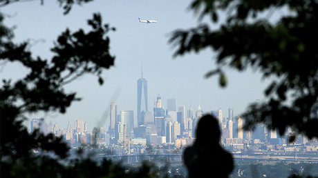 An airplane flies over New York © Gary Hershorn / Getty Images