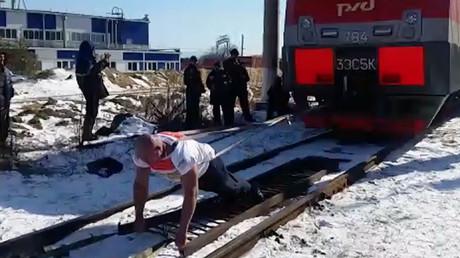 Russian strongman hauls 288-ton train in world record bid (VIDEO)
