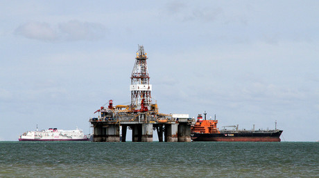 An oil rig © Henning Gloystein