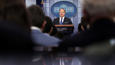 White House spokesman Sean Spicer holds a press briefing at the White House in Washington, U.S. © Carlos Barria / Reuters