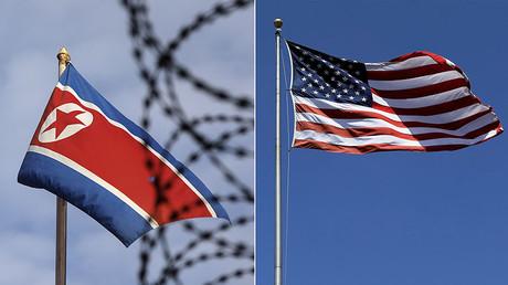 North Korea (L) and U.S. flags © Reuters