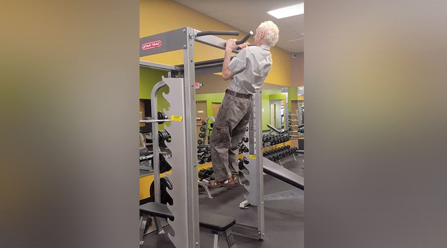 90yo puts everyone to shame with impressive pull-ups (VIDEO)
