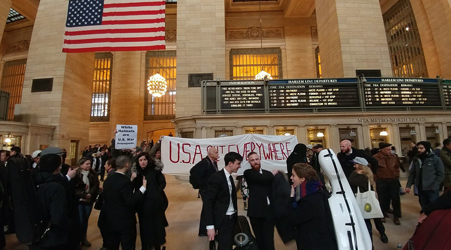 Anti-Syrian-war protest disrupts White Helmets pop-up music tribute (VIDEO)