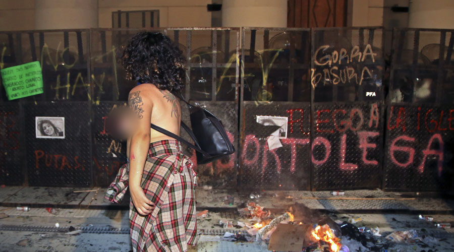 Masked feminist protesters clash with man 'defending' Catholic cathedral in Buenos Aires (VIDEOS)