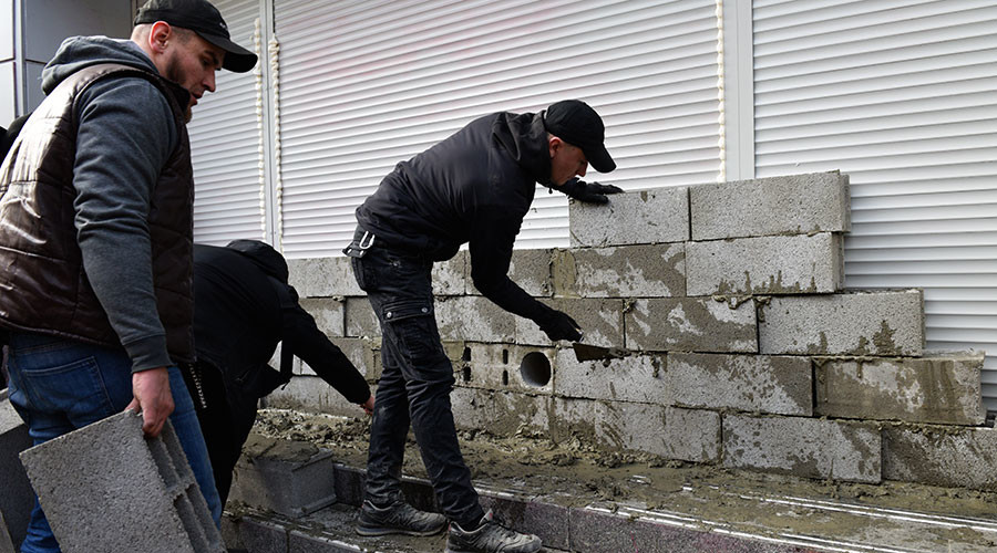 Radicals brick up Russian bank branch in central Kiev (VIDEO)