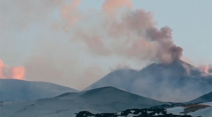 Violent Mt Etna eruption injures BBC crew  (VIDEO, PHOTOS)