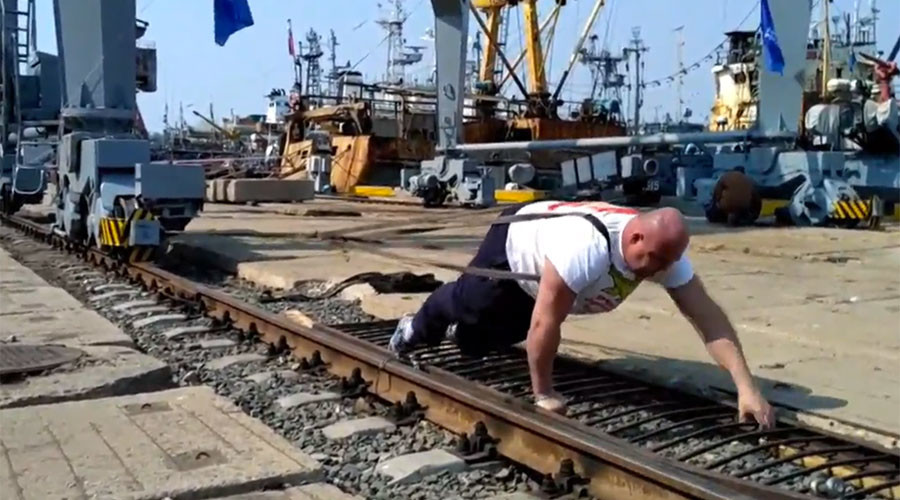 Russian strongman moves 312-ton port crane to mark 3rd Crimea reunion anniversary (VIDEO)