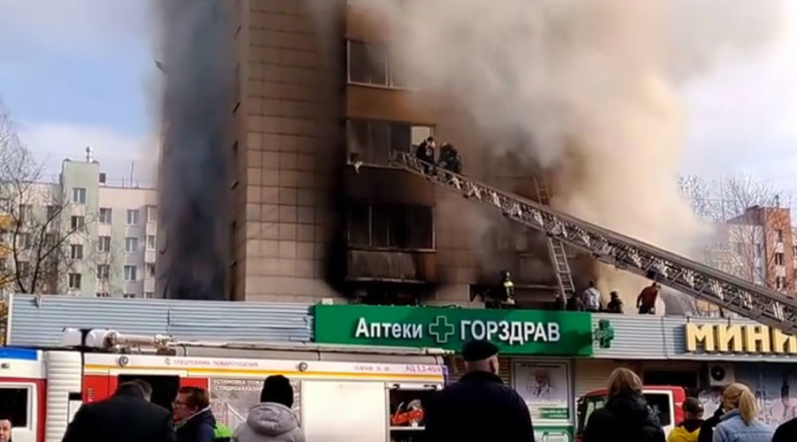 Passersby climb burning building to save schoolboy from window (VIDEO)