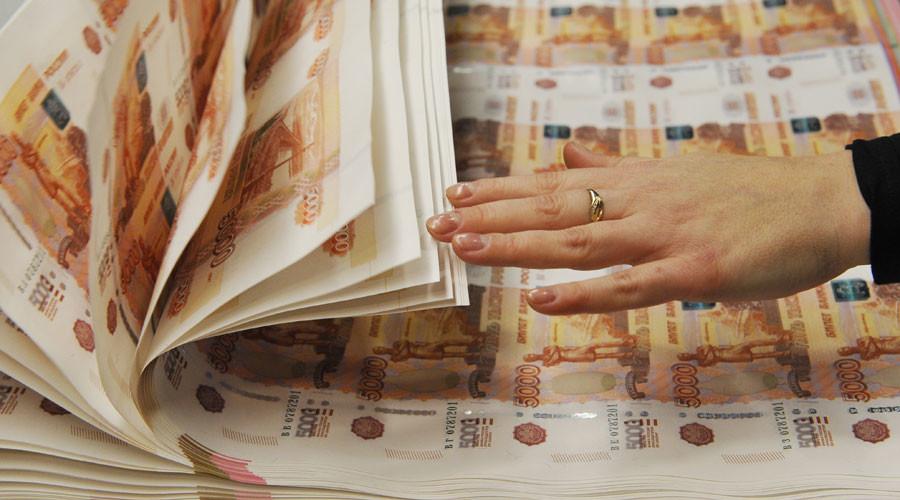Foreign investors continue bankrolling Russian ruble despite oil slide & key rate cut