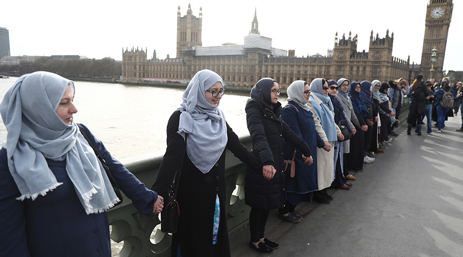 Women form human chain to honor victims of Westminster terrorist attack (PHOTOS, VIDEO)