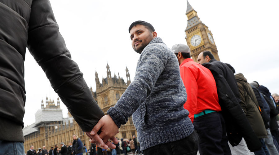 'Hand in hand': Vigil held on Westminster Bridge for terrorist attack victims (VIDEO)