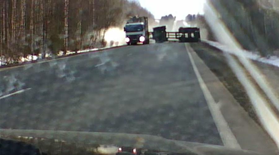 Lumber-jackknife: Russian driver just avoids overturned timber truck trailer in heart-stopping video