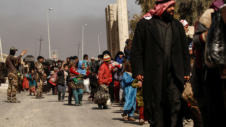 Displaced Iraqis flee their homes, while Iraqi forces battle with Islamic State militants in western Mosul © Zohra Bensemra