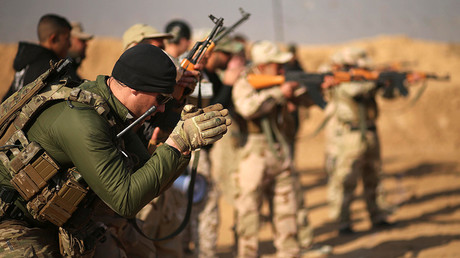 FILE PHOTO Members of the U.S. Army Special Forces provide training for Iraqi fighters from Hashid Shaabi at Makhmur camp in Iraq © Mohammed Salem / Reuters