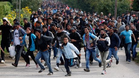 Migrants run towards the Austrian border from Hegyeshalom, Hungary © Leonhard Foeger