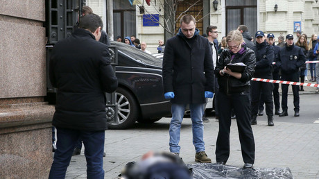 Investigators inspect the body of Denis Voronenkov © Valentyn Ogirenko