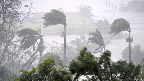 Monster cyclone rips off roofs & trees, forces mass evacuations in Australia (VIDEOS)